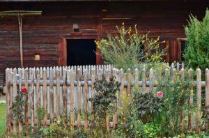 Den Holzzaun restaurieren
